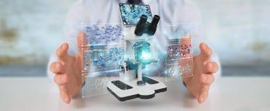 L'uomo d'affari facendo uso del microscopio moderno con l'analisi digitale 3D ren Fotografie Stock Libere da Diritti