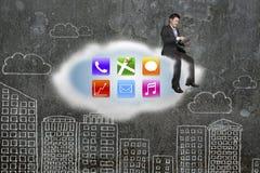 L'uomo d'affari facendo uso della compressa sulle icone di app si appanna con la parete di scarabocchi Fotografia Stock Libera da Diritti