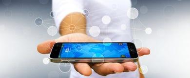 L'uomo d'affari facendo uso della rete di trasmissione di dati digitale con il telefono cellulare 3D si strappa Immagini Stock