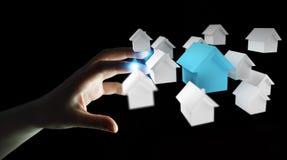 L'uomo d'affari facendo uso di 3D ha reso le piccole case bianche e blu royalty illustrazione gratis