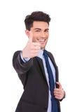 L'uomo d'affari felice che fa l'approvazione sfoglia sul segno Fotografia Stock Libera da Diritti