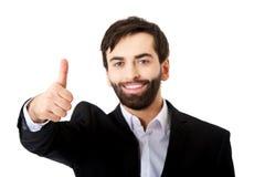 L'uomo d'affari felice con i pollici aumenta il gesto Immagine Stock Libera da Diritti