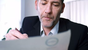 L'uomo d'affari firma il contratto archivi video