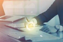 L'uomo d'affari firma un contratto con le icone di affari Fuoco sulla penna che tiene a disposizione Fotografie Stock Libere da Diritti