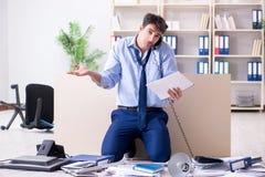 L'uomo d'affari frustrato a molte telefonate Immagini Stock