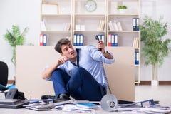 L'uomo d'affari frustrato a molte telefonate Fotografia Stock