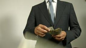 L'uomo d'affari getta i soldi stock footage