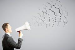 L'uomo d'affari grida tramite il megafono Fotografia Stock