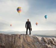 L'uomo d'affari guarda lontano al futuro dell'affare fotografia stock