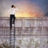 L'uomo d'affari guarda lontano per il nuovo affare fotografia stock libera da diritti