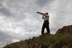 L'uomo d'affari guarda in un telescopio immagine stock libera da diritti