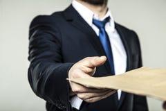 L'uomo d'affari ha ricevuto una busta con un dono Fotografia Stock Libera da Diritti
