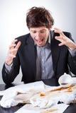 L'uomo d'affari ha rovesciato il caffè sui documenti molto importanti Immagine Stock Libera da Diritti