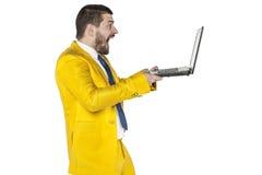 L'uomo d'affari ha sorpreso il contenuto che può essere trovato su Internet Fotografie Stock