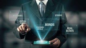 L'uomo d'affari Investment Mutual Funds lega le azione dei metalli degli oggetti d'antiquariato di Real Estate stock footage