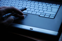 L'uomo d'affari lavora ad un computer portatile immagine stock