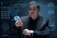 L'uomo d'affari lavora con una proiezione virtuale dell'interfaccia 3D Fotografie Stock Libere da Diritti