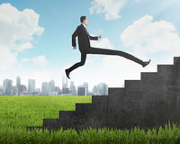 L'uomo d'affari lungo della gamba salta all'più alta scala Immagini Stock Libere da Diritti