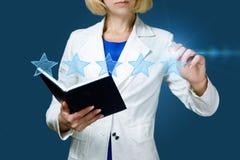 L'uomo d'affari mette la valutazione di una maniglia sotto forma di stelle fotografie stock libere da diritti