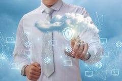 L'uomo d'affari mette una protezione su una nuvola di dati Fotografia Stock