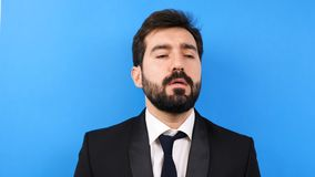 L'uomo d'affari molto stanco e sollecitato comincia mordere il suo legame video d archivio