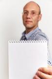 L'uomo d'affari mostra il diario in bianco Fotografia Stock Libera da Diritti