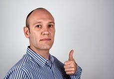 L'uomo d'affari mostra il pollice in su Fotografie Stock Libere da Diritti