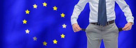 L'uomo d'affari mostra le tasche sopra l'Unione Europea della bandiera Fotografia Stock