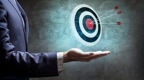 L'uomo d'affari mostra l'obiettivo di tiro con l'arco con le frecce rappresentazione 3d Immagini Stock Libere da Diritti