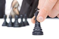 L'uomo d'affari muove la figura di re di scacchi Fotografia Stock Libera da Diritti