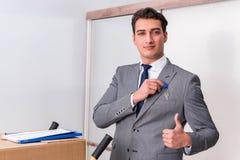 L'uomo d'affari nel concetto del bene immobile con la chiave domestica Fotografie Stock Libere da Diritti