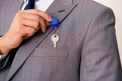 L'uomo d'affari nel concetto del bene immobile con la chiave domestica Immagine Stock Libera da Diritti