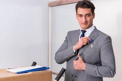 L'uomo d'affari nel concetto del bene immobile con la chiave domestica Fotografia Stock Libera da Diritti