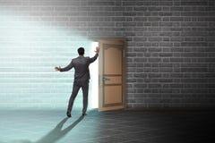 L'uomo d'affari nel concetto di incertezza di affari immagine stock libera da diritti