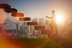 L'uomo d'affari nel concetto di promozione di carriera con le scale Immagini Stock