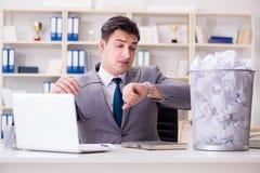 L'uomo d'affari nel concetto di riciclaggio di carta in ufficio Immagine Stock Libera da Diritti