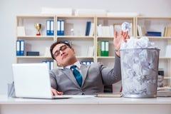 L'uomo d'affari nel concetto di riciclaggio di carta in ufficio Immagini Stock Libere da Diritti