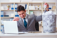L'uomo d'affari nel concetto di riciclaggio di carta in ufficio Fotografia Stock