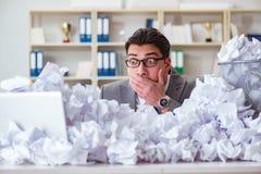 L'uomo d'affari nel concetto di riciclaggio di carta in ufficio Immagini Stock