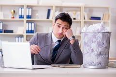 L'uomo d'affari nel concetto di riciclaggio di carta in ufficio Fotografie Stock