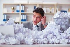 L'uomo d'affari nel concetto di riciclaggio di carta in ufficio Fotografia Stock Libera da Diritti