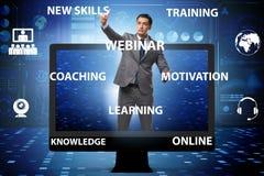 L'uomo d'affari nel concetto webinar online immagine stock