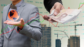 L'uomo d'affari ottiene i soldi da adeguato globale Immagine Stock