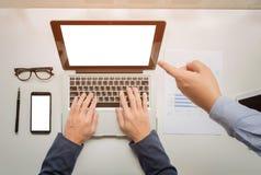 L'uomo d'affari passa il lavoro con il computer digitale della compressa ed astuto fotografia stock