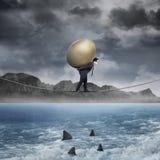 L'uomo d'affari porta l'uovo dorato sopra il mare Immagine Stock Libera da Diritti