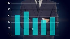 L'uomo d'affari preme un bottone sul touch screen concetto di affari del grafico illustrazione di stock