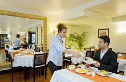L'uomo d'affari prende la prima colazione in hotel Immagine Stock Libera da Diritti