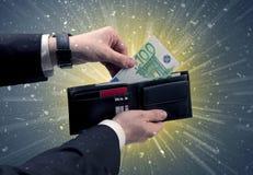 L'uomo d'affari prende molto euro dal suo portafoglio Fotografie Stock