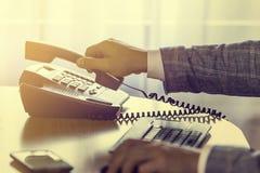 L'uomo d'affari prende o appende sul telefono del voip Fotografie Stock Libere da Diritti