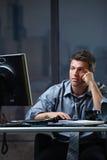 Schermo di sguardo professionale stanco disturbato Immagini Stock